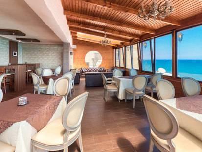 Mackenzie Beach Hotel & Apts