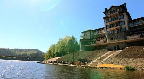 Retro Riverside Hotel
